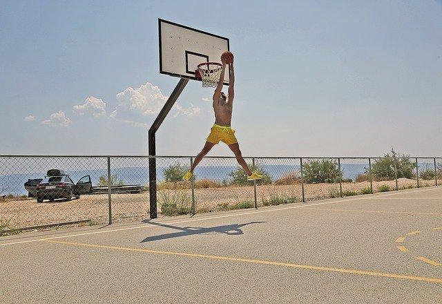 basketballista pod košem