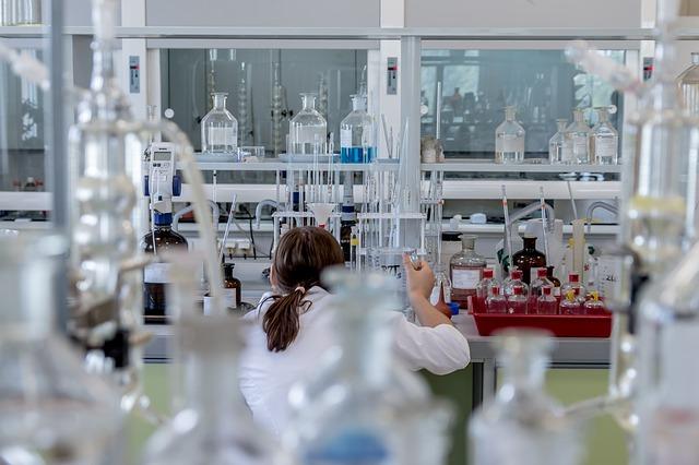 chemička v laboratoři